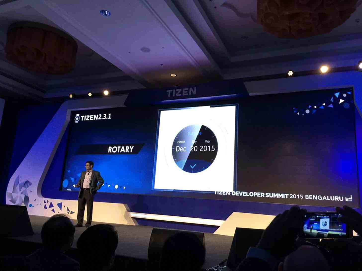 Samsung round smartwatch rotating bezel